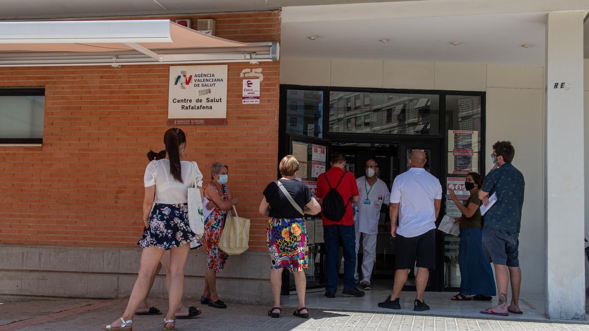 Pacientes esperando para acceder al centro de salud Rafalafena de Castelló, donde se forman colas para entrar.