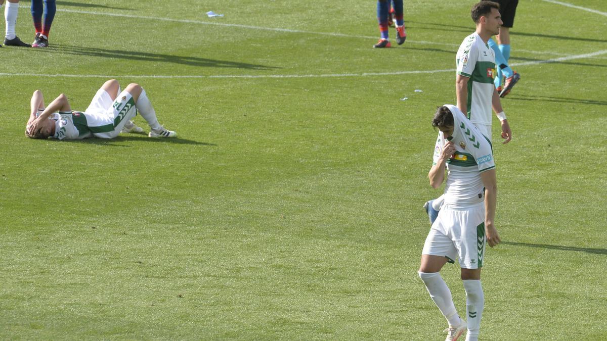 Los jugadores se lamentan al final del encuentro frente al Atlético