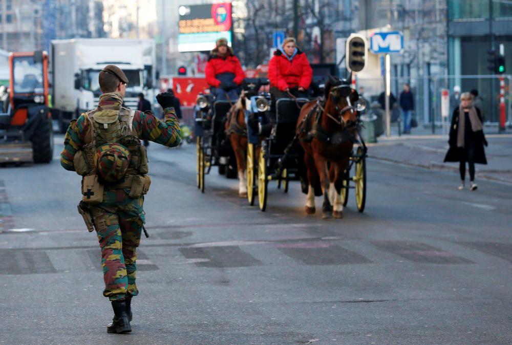 Un soldado belga patrulla las calles de Bruselas.