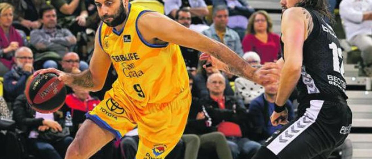 Ioannis Bourousis, jugador del Herbalife Gran Canaria, bota el balón ante el examarillo Ondrej Balvin.