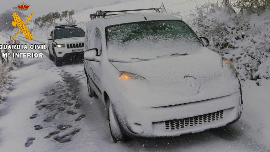 La Guardia Civil rescata a una mujer atrapada por la nieve en Valdés