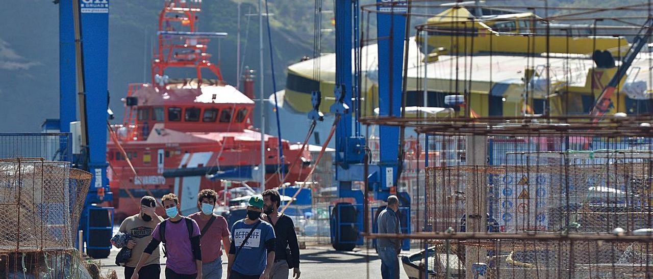 Pescadores de la Cofradía de Agaete, ayer al desembarcar tras el primer día de faena después del accidente .     JOSÉ CARLOS GUERRA