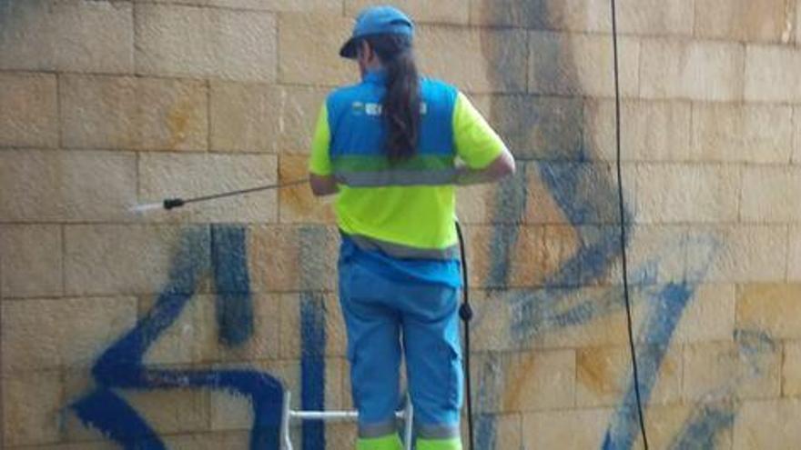 Cort descarta multar a los propietarios que no limpien las pintadas vandálicas de sus fachadas