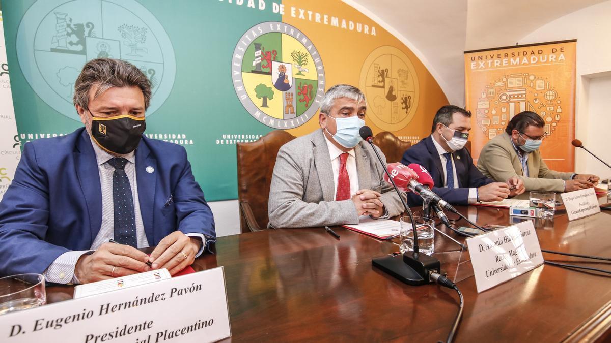 El rector, Antonio Hidalgo, y los representantes de los círculos cacereños, este miércoles, en Cáceres.