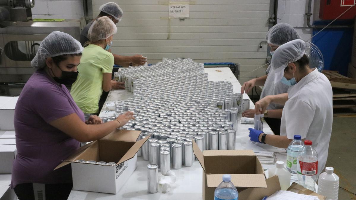 Pla general alçat de la cadena d'impressió de les llaunes de Glass Caned Wines. Imatge publicada l'agost del 2021. (Horitzontal)