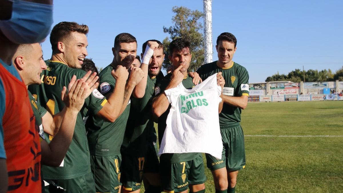 Los jugadores celebran la victoria con una camiseta de ánimo a su compañero Carlos Marín.