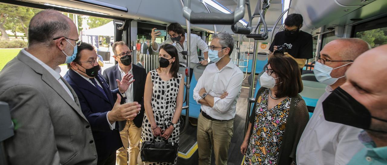 Antono Arias explic el proyecto al conseller España, la rectora Navarro, la alcaldes de Xixona, el alcalde de San Vicente y Carlos Eleno, director del puerto.