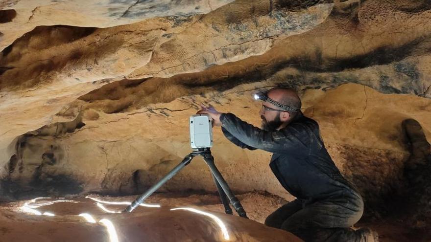 Hallan un santuario paleolítico con más de 100 grabados en una cueva de Tarragona
