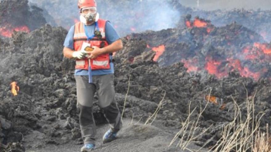 La última colada toma contacto con la primera que emergió del volcán de La Palma