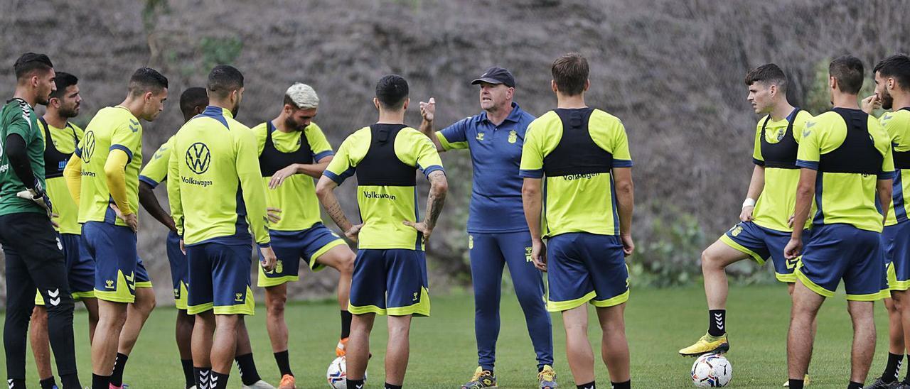 Pepe Mel –en el centro, de frente–, entrenador de la UD Las Palmas, habla con sus jugadores durante el entrenamiento del pasado jueves en Barranco Seco.