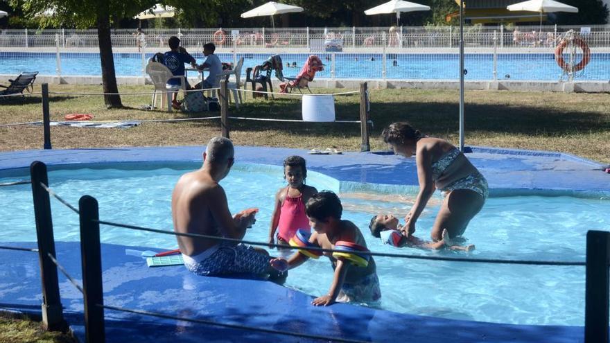 El Casino Mercantil de Pontevedra abre con lleno sus piscinas