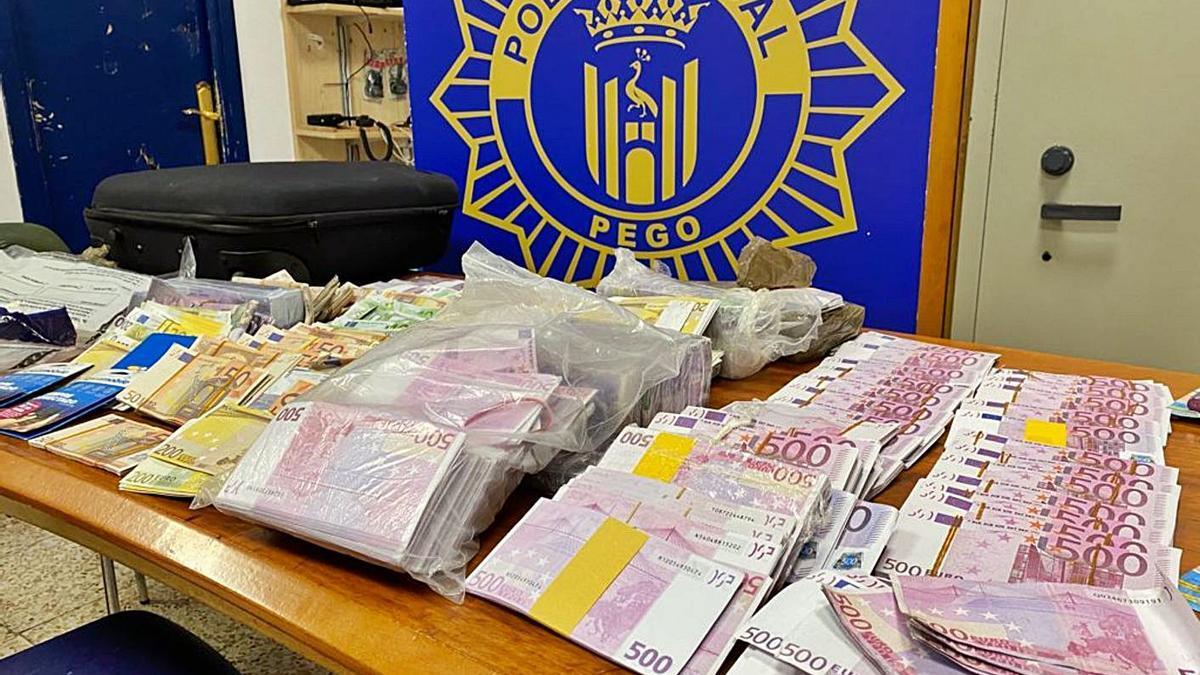 Los billetes falsos expuestos en el retén de la Policía Local de Pego. | LEVANTE-EMV