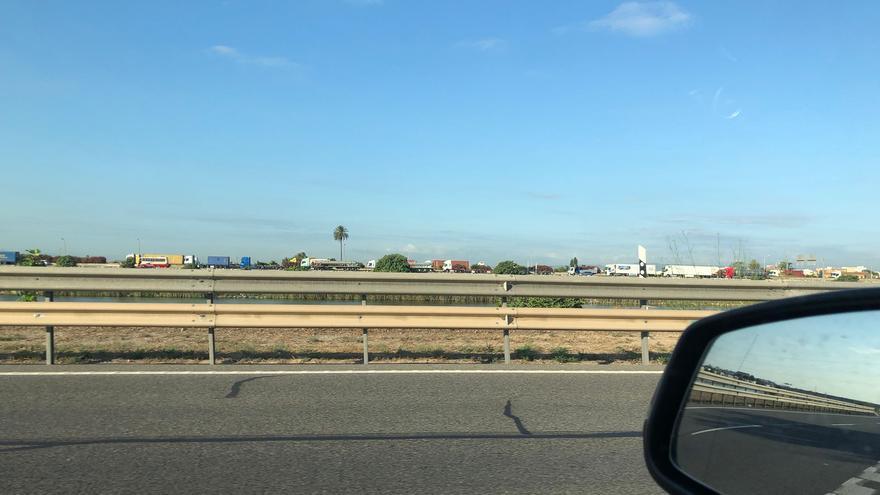 Retenciones kilométricas de camiones en la V-30 en sentido al Puerto