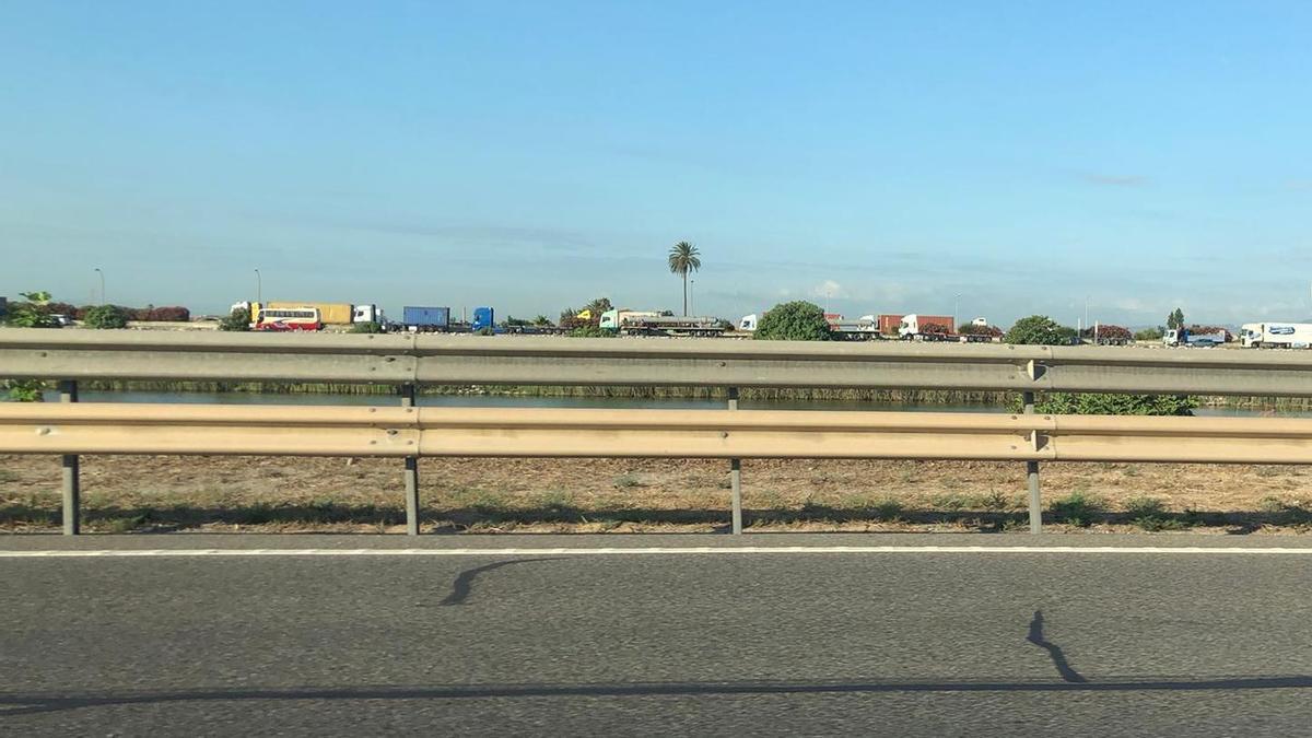 Retenciones de trafico en la V-30 en sentido hacia el Puerto de València