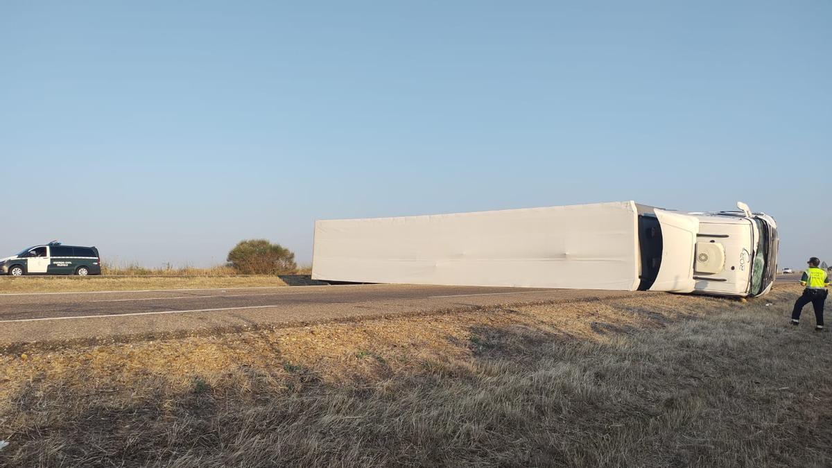 El camión de grandes dimensiones que ha volcado sobre la calzada de la autovía A-6