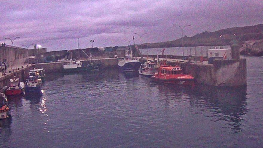 Los pescadores llaniscos sopesan llevar al Juzgado la falta de alumbrado en el puerto