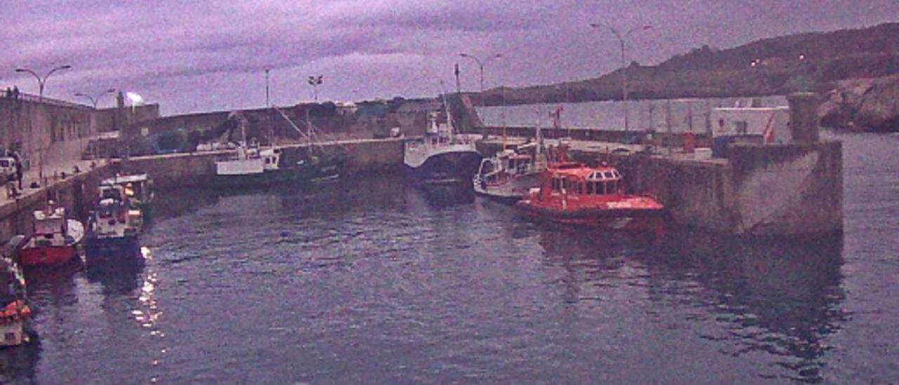 El puerto de Llanes, ayer al anochecer, sin luz, en una imagen capturada de la webcam instalada en la zona.