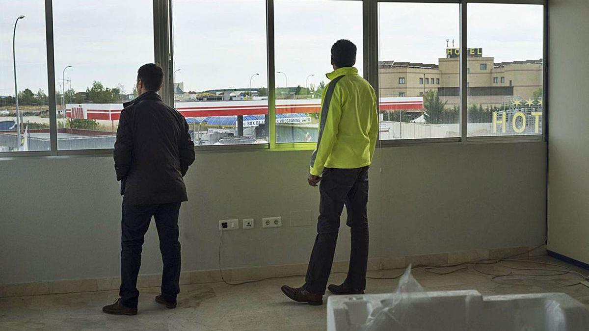 El alcalde, Luciano Huerga, y el gerente del CTLB, Fernando Pérez, en una de las oficinas del vivero.