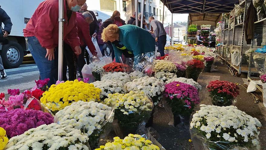 La venta de flores se dispara y revierte el difícil 2020, con centros enviados al cementerio en taxi