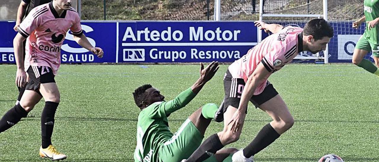 Arriba, Javi Martón, metiendo el primer gol del Covadonga ayer ante el Sporting B. Sobre estas líneas, Diego trata de irse de Koné. | C. D. C.