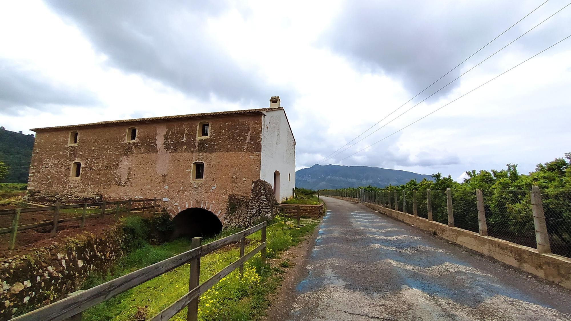 El molino junto al camino del Pla que une los municipios de la Valldigna
