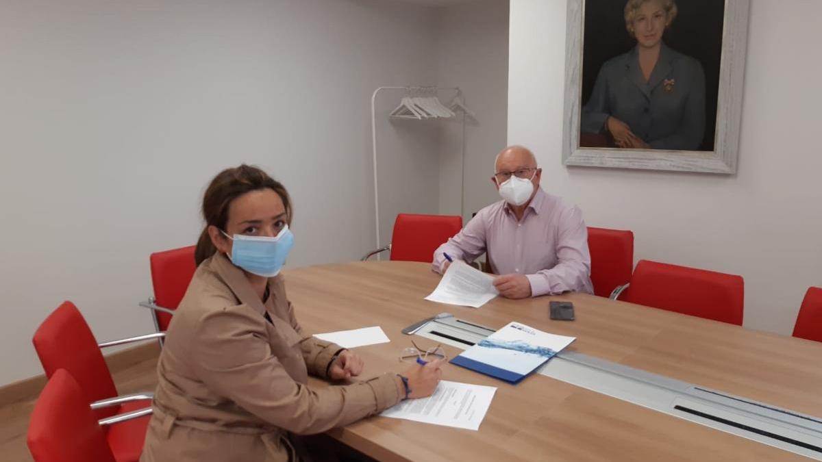 La firma del convenio de colaboración entre Aguas de Avilés y Cruz Roja.