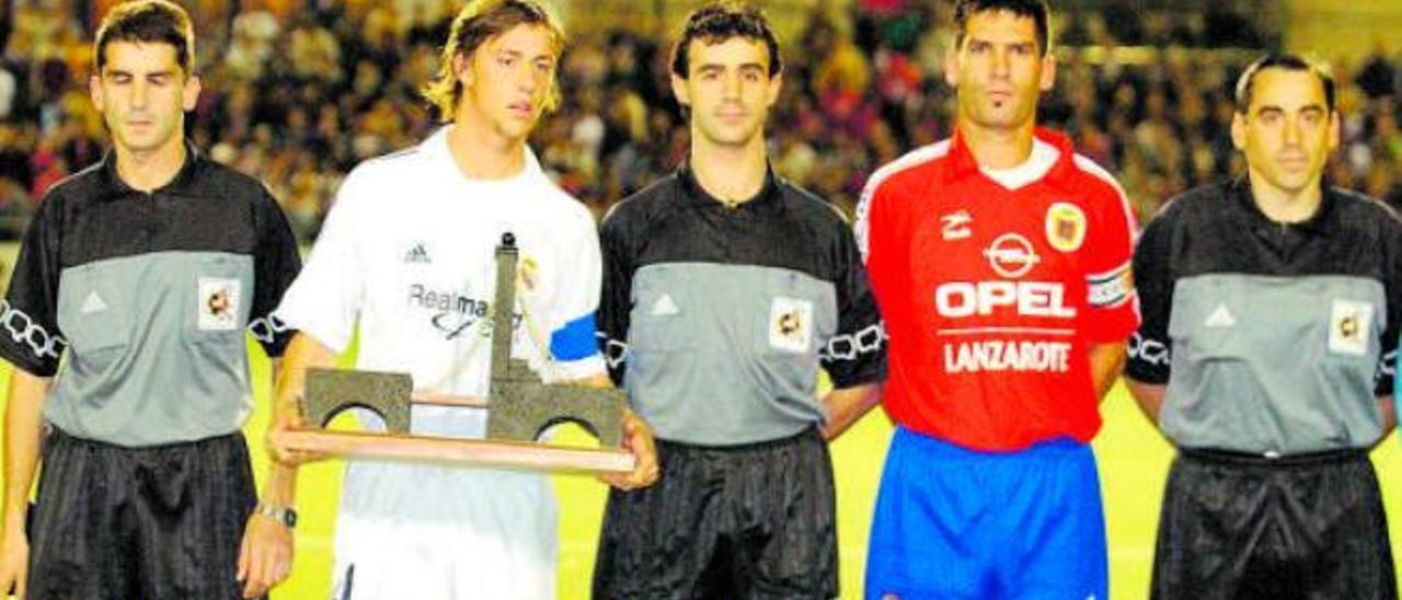 Guty, capitán del Real Madrid, y Armando, capitán del Lanzarote, junto al árbitro Pérez Lasa en el partido de Copa en 2001.
