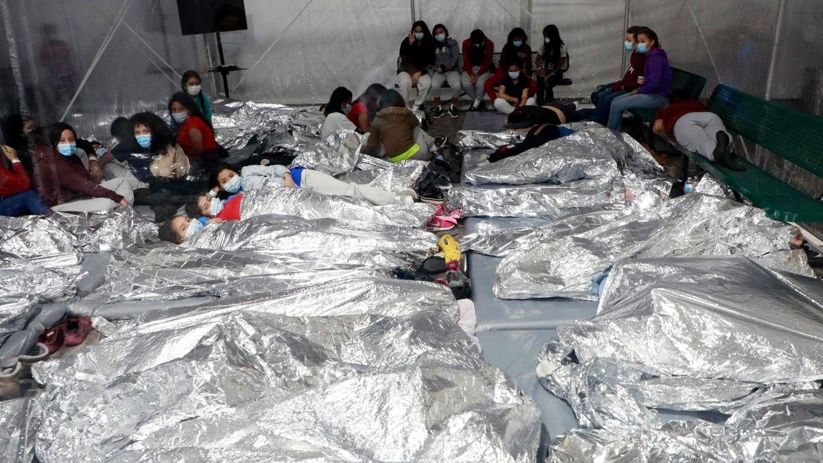 EEUU muestra imágenes de menores migrantes bajo custodia en Texas