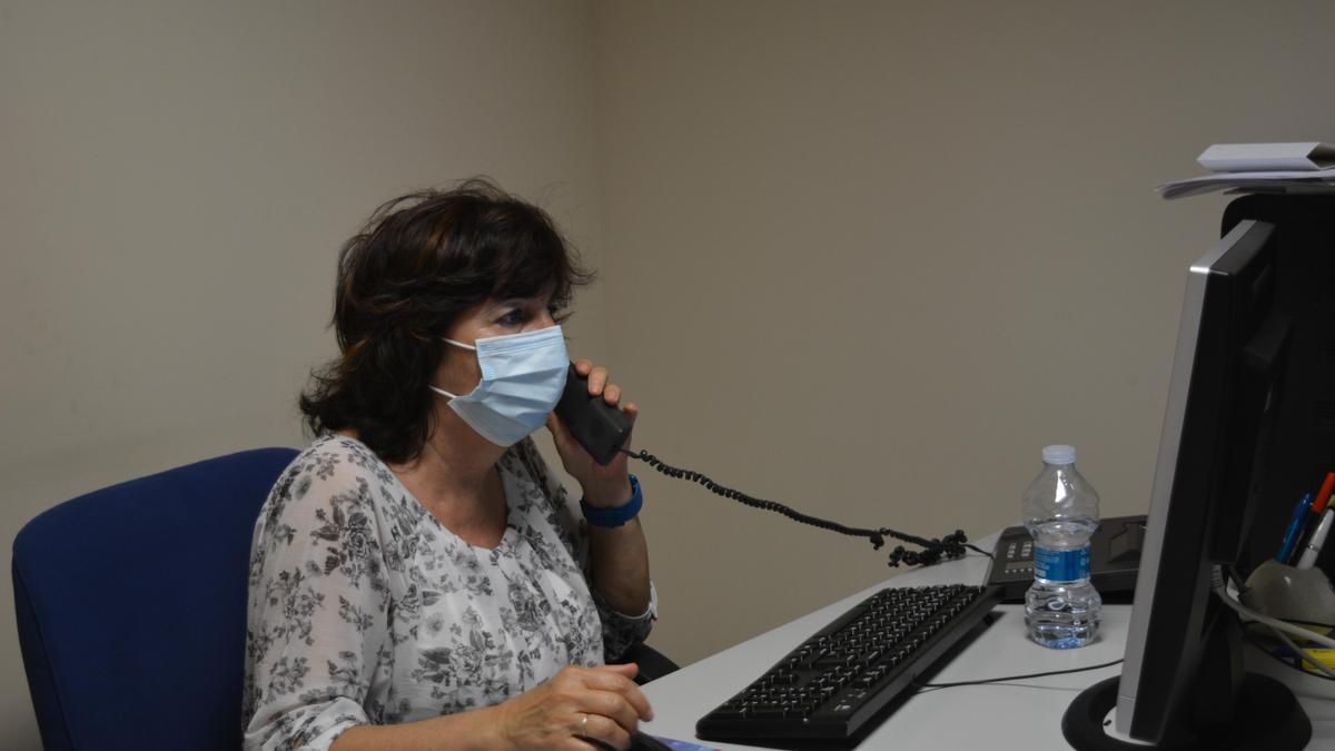 Una enfermera voluntaria del servicio telefónico de consultas.