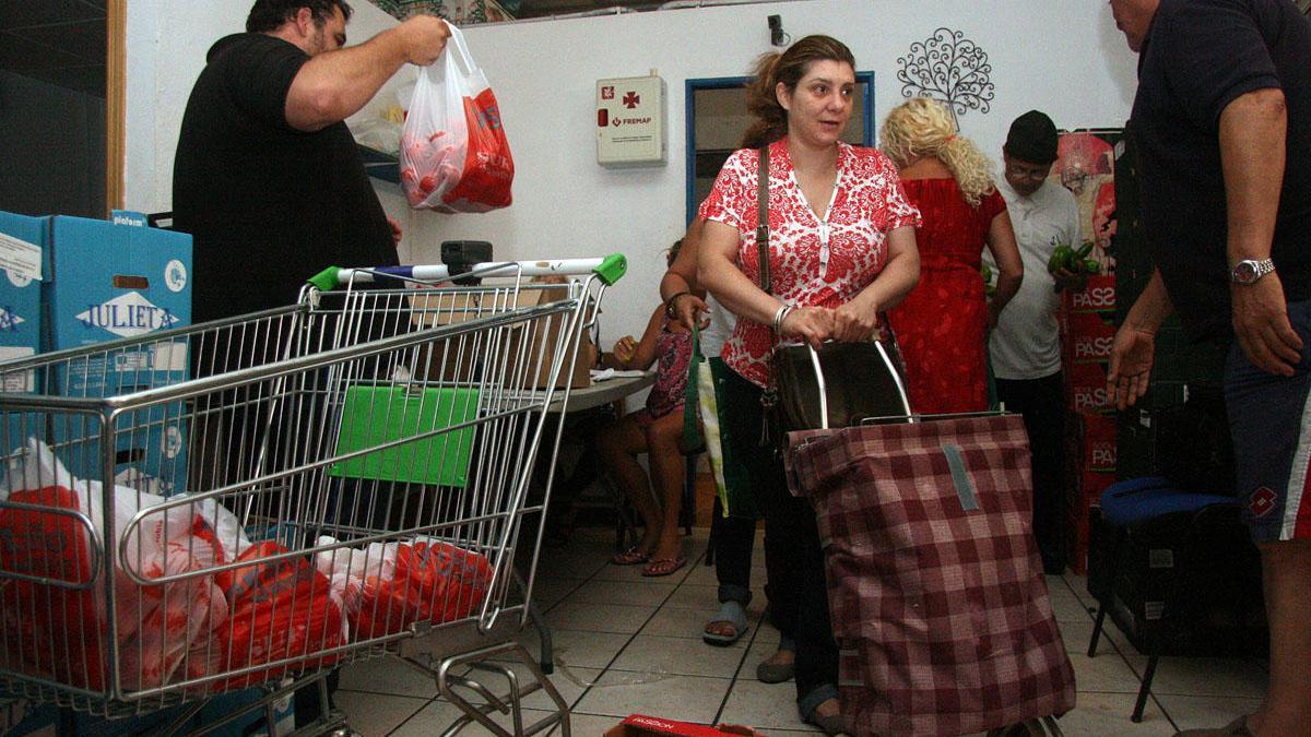 Foto de archivo de reparto de alimentos en Lagunillas.