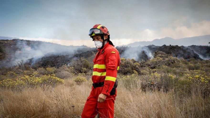 Directo | Los bomberos intentan a la desesperada canalizar la lava para salvar Todoque