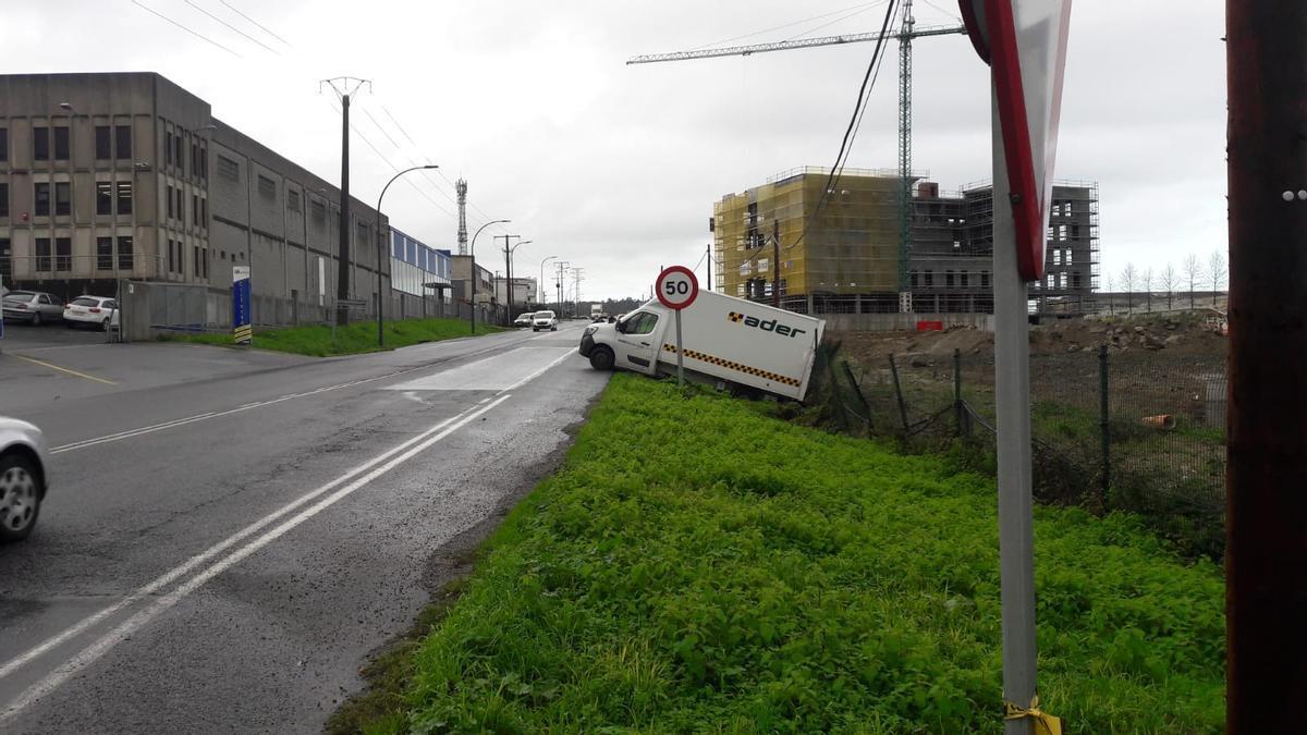 El camión accidentado, tras sufrir la salida de vía, hoy en Sabón (Arteixo).