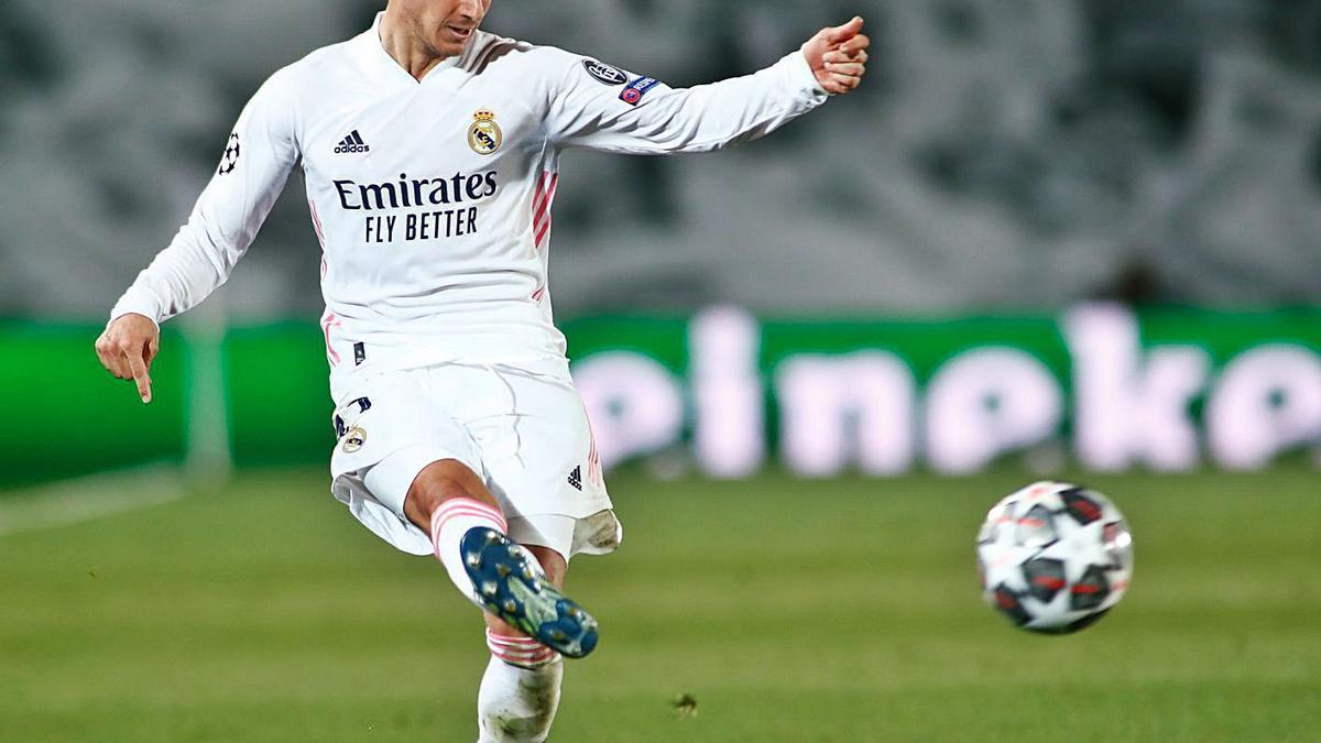 Lucas Vázquez centra un balón antes de lesionarse en el clásico del pasado sábado. |  // EUROPA PRESS