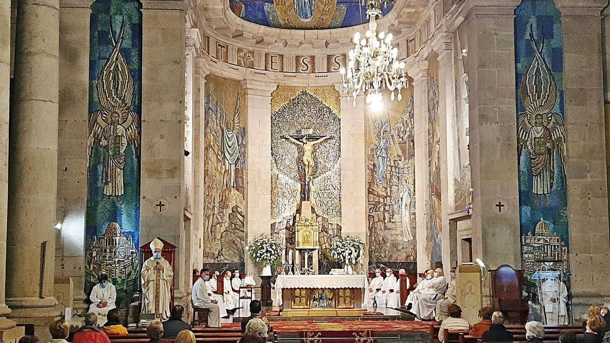 Un momento de la misa celebrada en la Colegiata, que fue oficiada por el obispo, Luis Quinteiro. |   // M.G.B.
