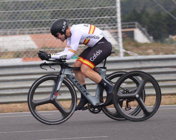 Joan Reinoso se viste con el maillot arco iris en Portugal