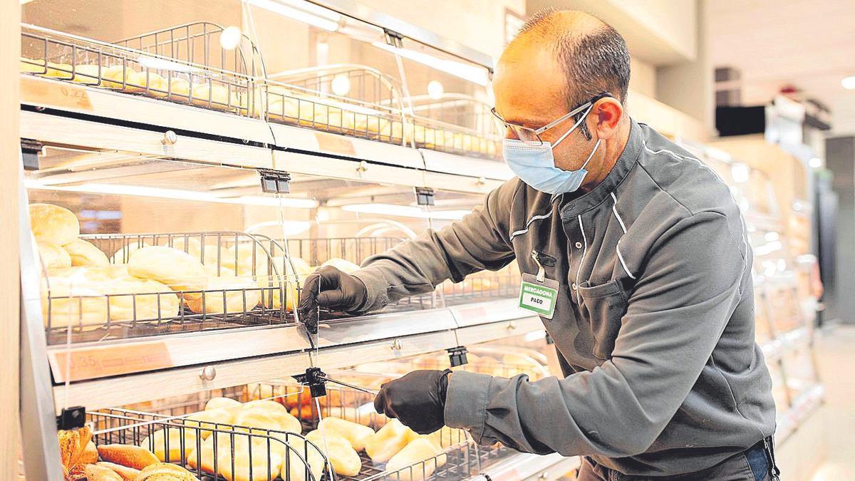 Un trabajador de Mercadona, en la sección de panadería.