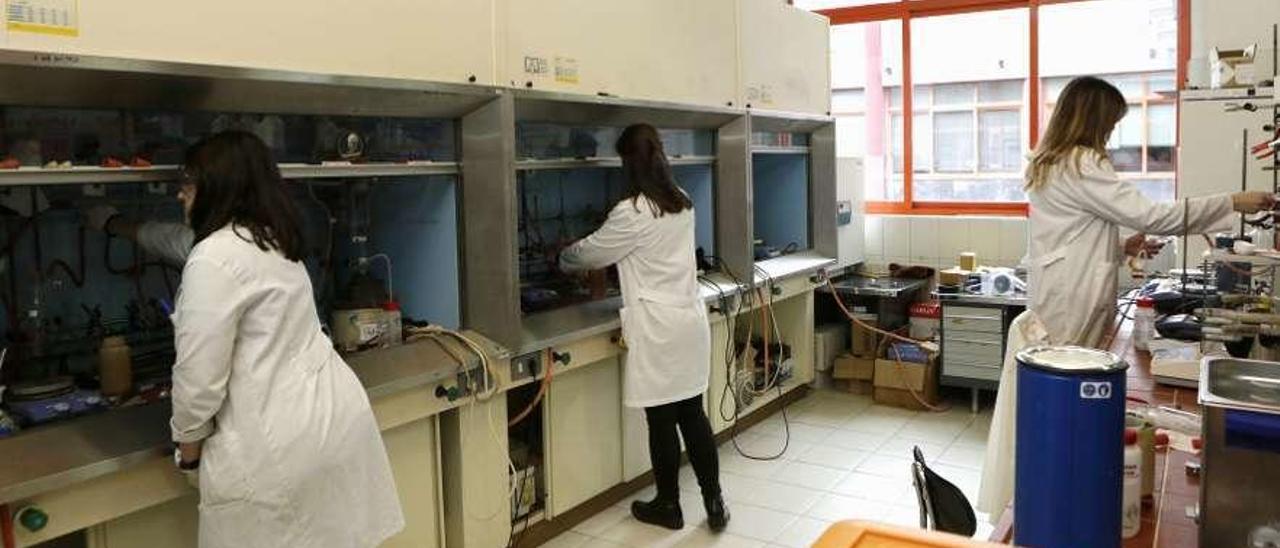 Alumnas de doctorado, en un laboratorio de la Facultad de Química.