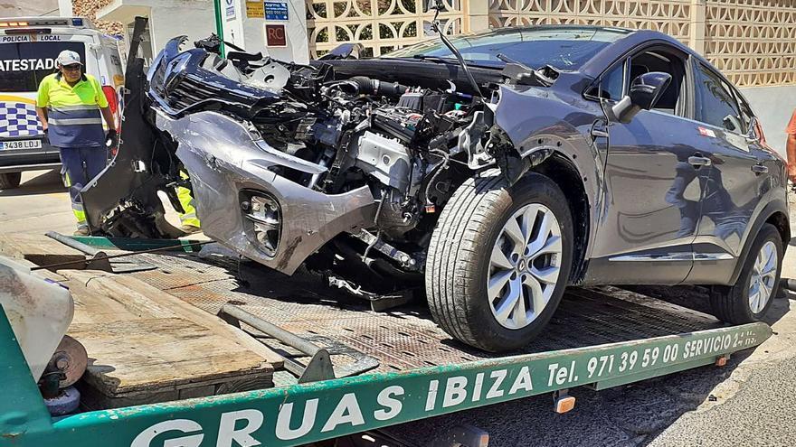 Destroza un coche de alquiler al chocar con un taxi