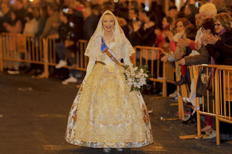 Marina Civera y su corte de honor en la Ofrenda de las Fallas 2019.