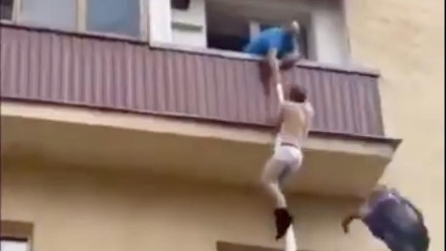 Un amante pillado in fraganti recibe escobazos de una vecina al confundirle con un ladrón