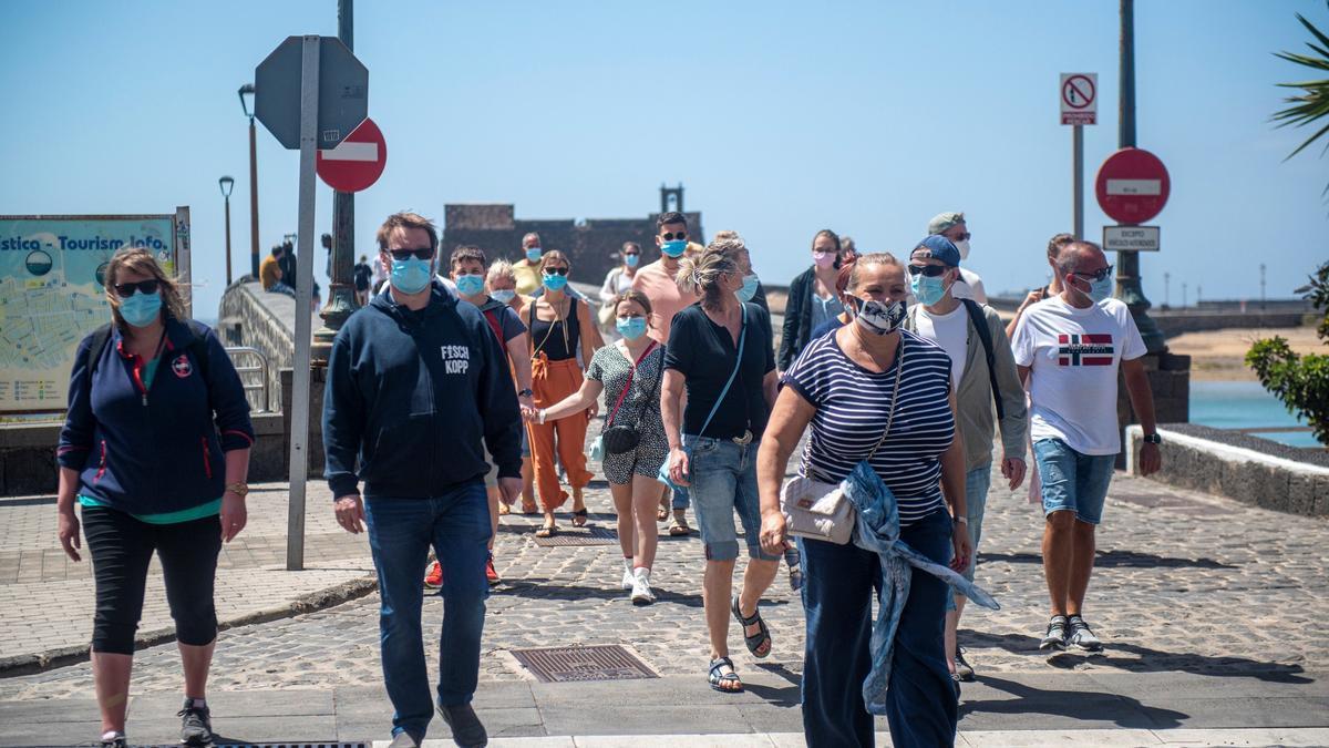 Turistas realizan visita guiada en Lanzarote.