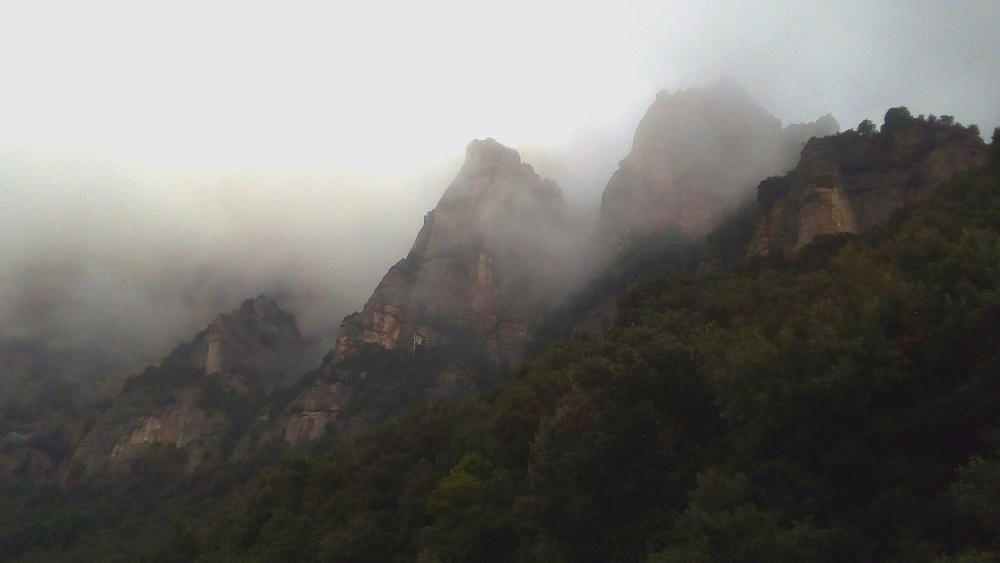 Montserrat. Les boires als cims del massís de Montserrat li donen un aire misteriós.