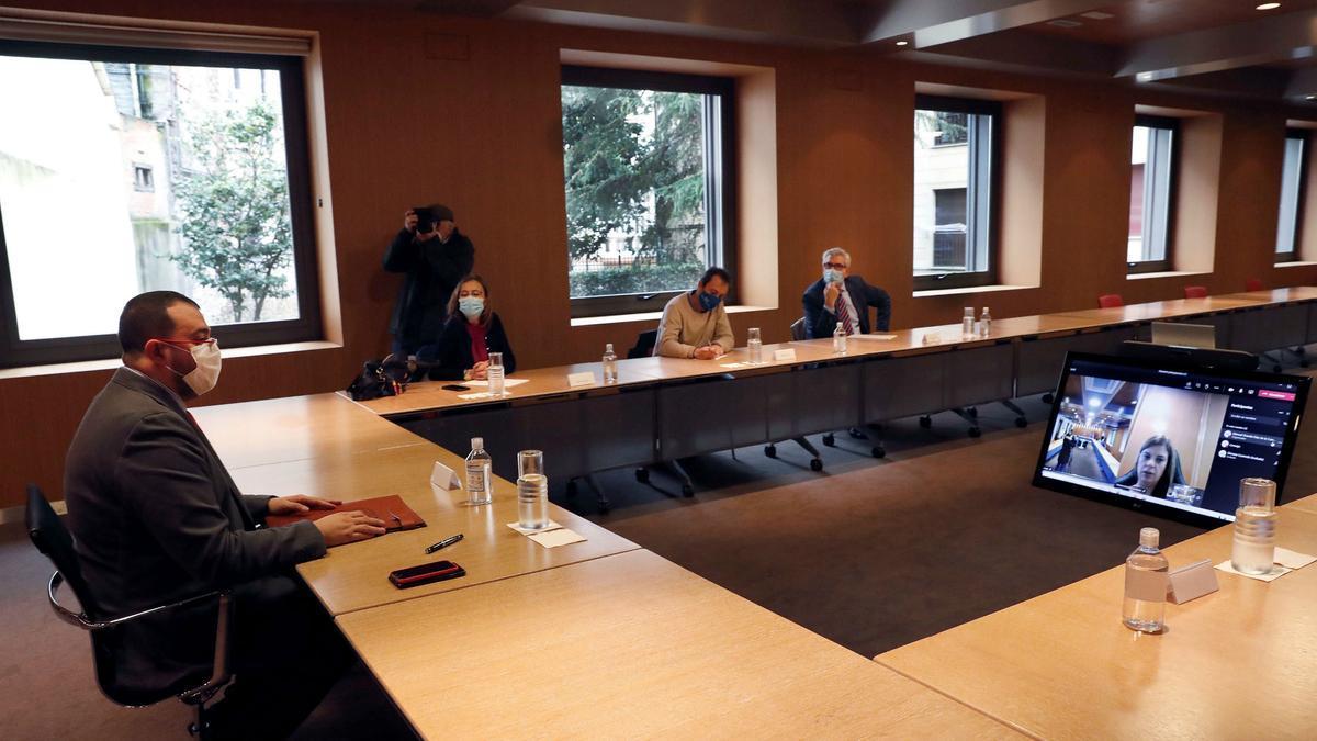 Adrián Barbón, en la reunión con IU, del pasado martes, habla con Gimena Llamedo, que ya no acudió de forma presencial y se conectó de forma telemática.