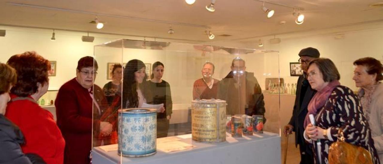 Asistentes a la muestra que alberga más de 200 envases de diferentes tipos.