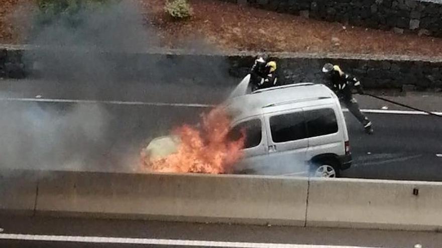 Un accidente en la TF-2 acaba con un vehículo envuelto en llamas