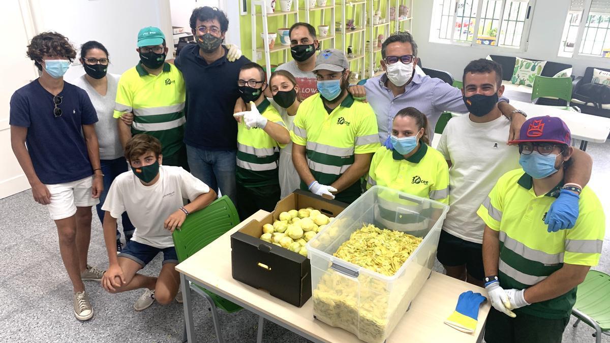 Usuarios de ADIS en la empresa que produce el licor con los limones ecológicos
