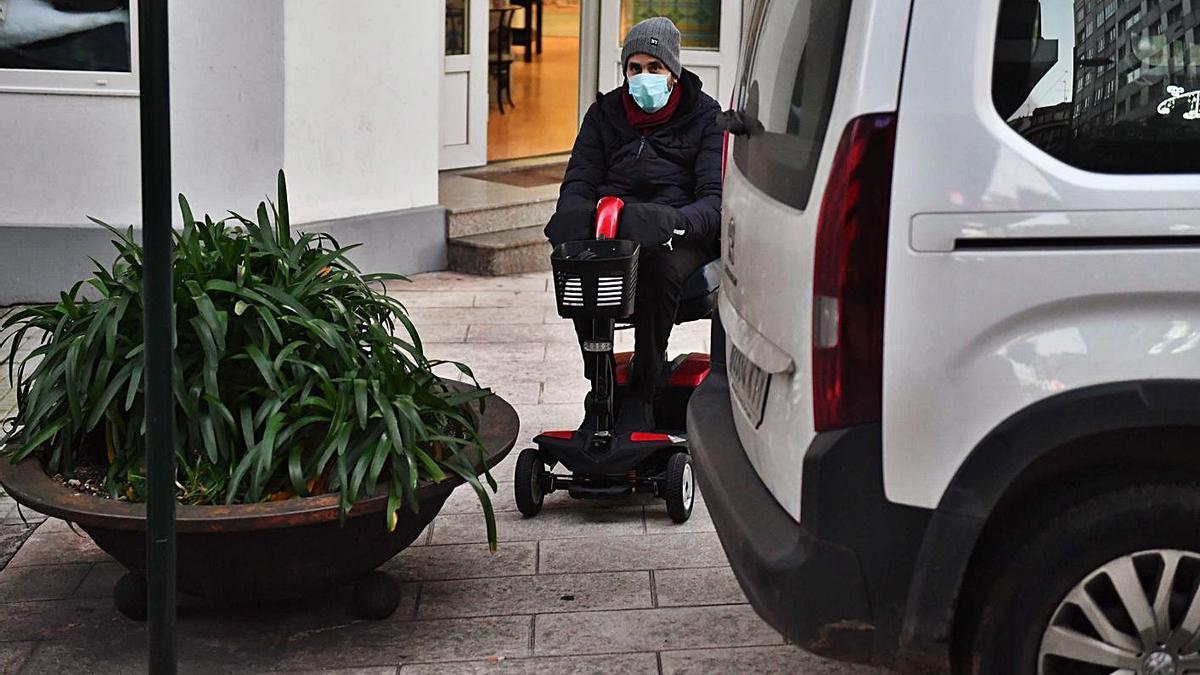 Un vehículo aparcado sobre á beirarrúa impide cruzar a Héctor Tejón, onte.   | // VÍCTOR ECHAVE