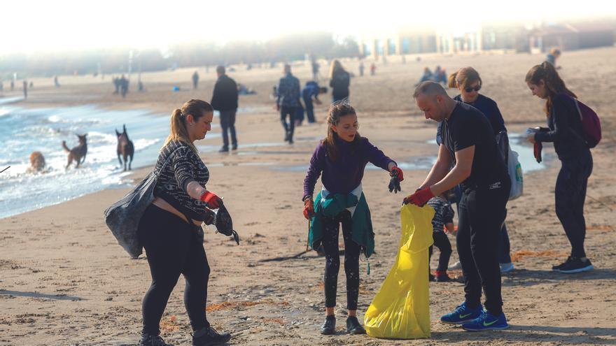 Las playas valencianas acumulan de media 665 plásticos por cada 100 metros