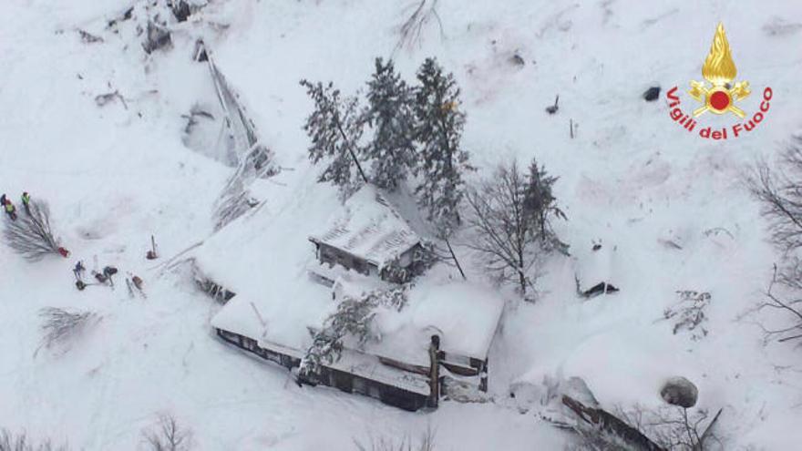 Recuperan cuatro cadáveres del hotel sepultado en Italia