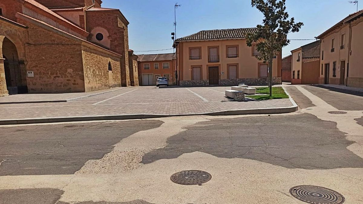 El Ayuntamiento llevará a cabo la pavimentación y adoquinado de la plaza de la iglesia. | E. P.